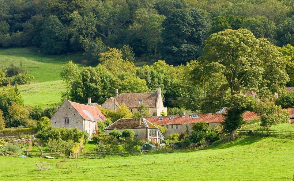Paysage rural avec des champs et collines