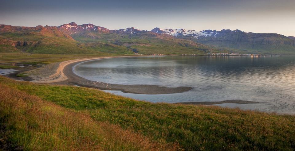 暖かい夕方の日差しの中で美しい海岸線、Snefellsnes