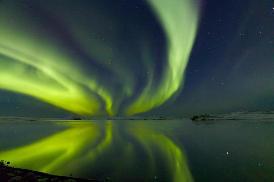 一個美麗的極光顯示器在冰海灘