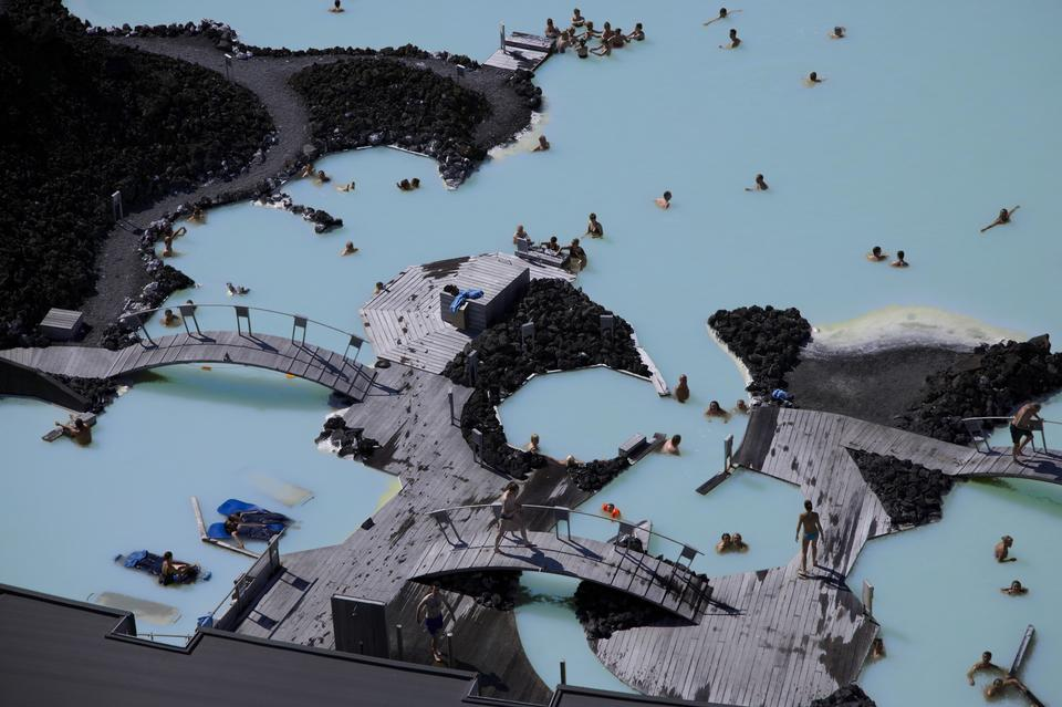 人們沐浴在藍湖地熱浴勝地