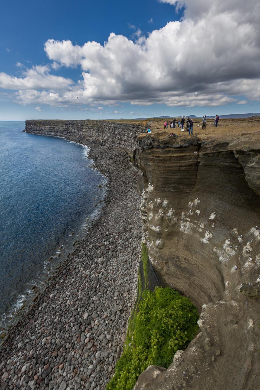 falaise rocheuse surplombant la mer dans Vik en Islande