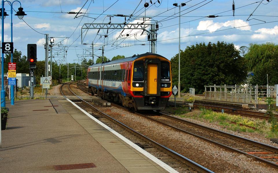 Британский пригородные поезда, проходящие через станцию
