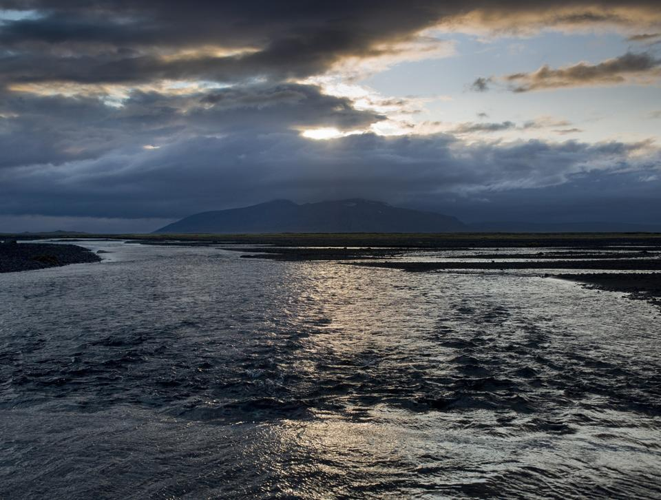escena junto al mar puesta de sol en Islandia