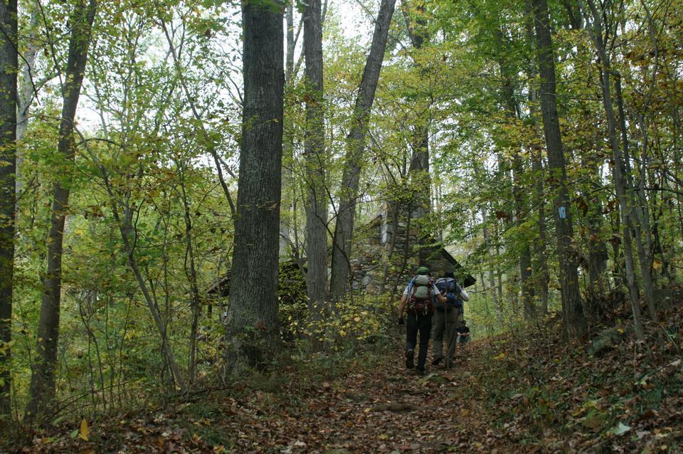 在山区徒步旅行秋季
