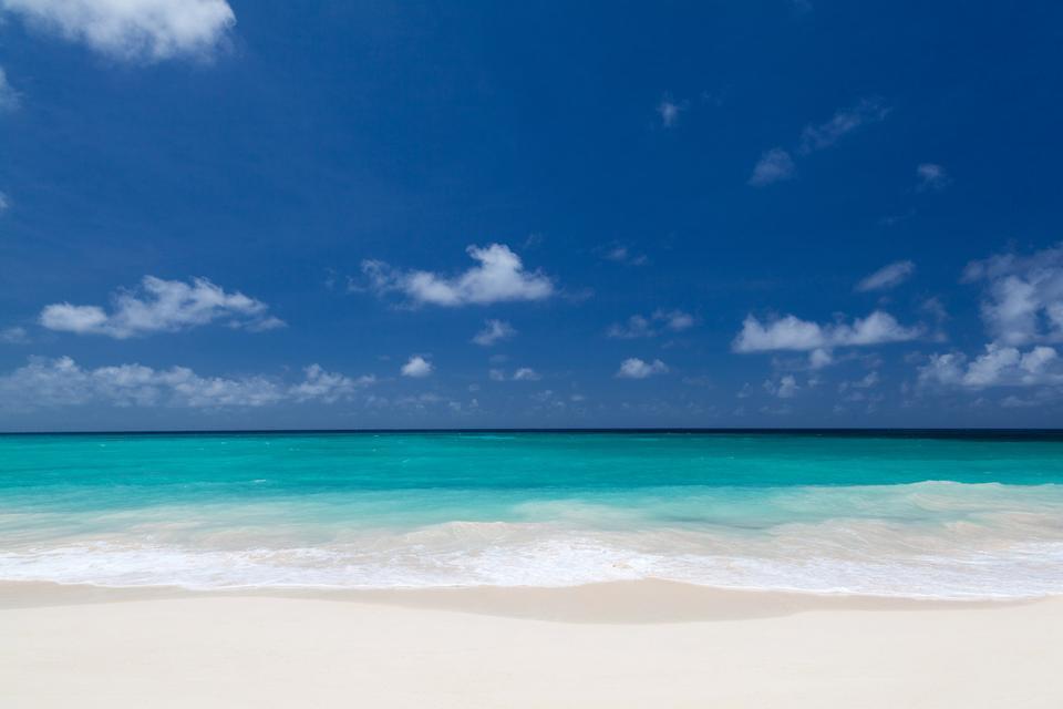 ホワイトビーチと青空
