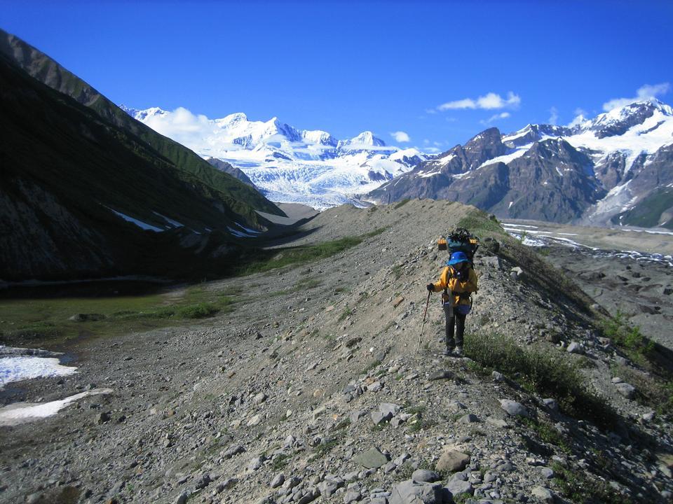 氷河堆石を横断バックパッカー