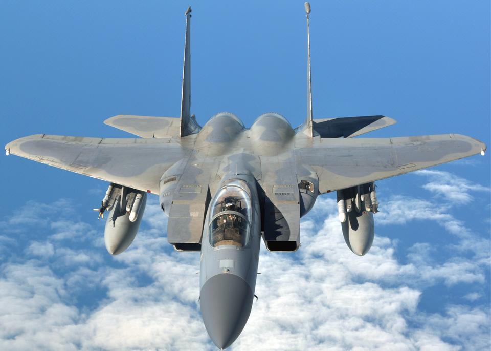 F-15CイーグルはKC-135Rに燃料を補給するための準備