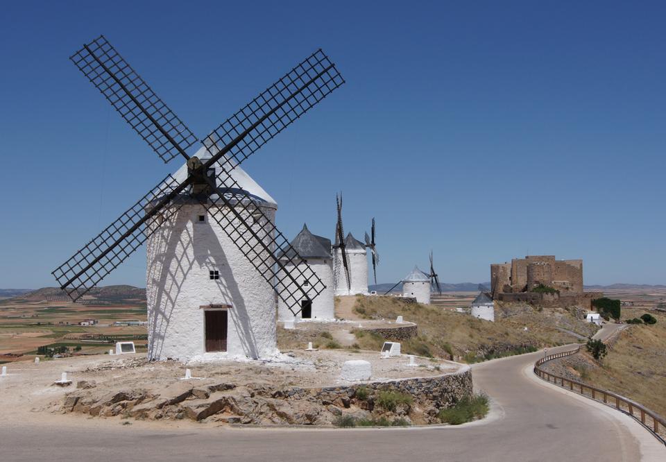 风车在Campo de Criptana。拉曼恰,西班牙