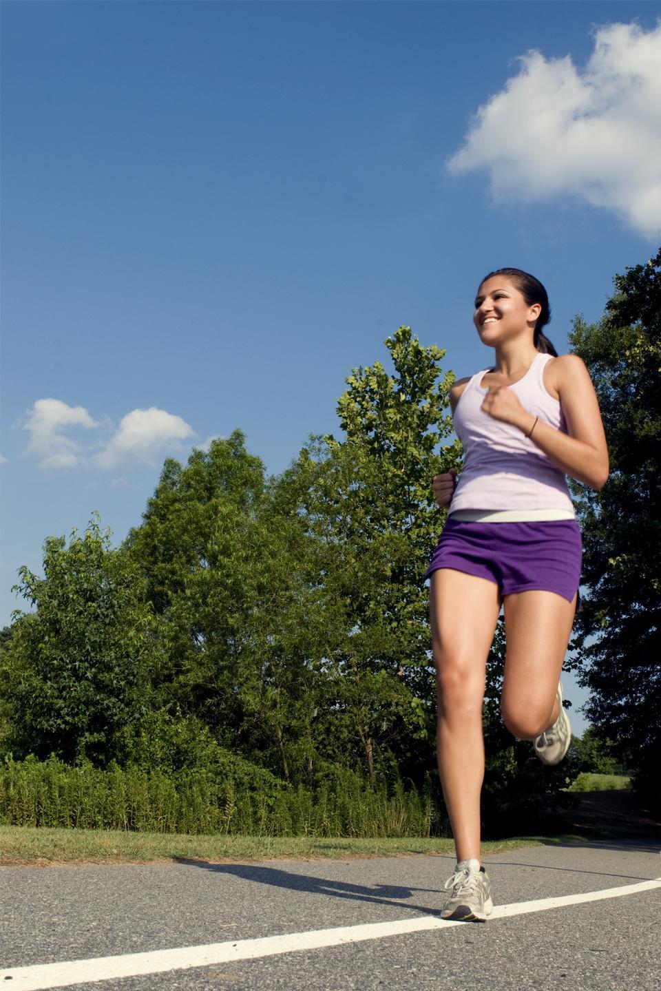 Uma jovem mulher que Jogging Ar Livre