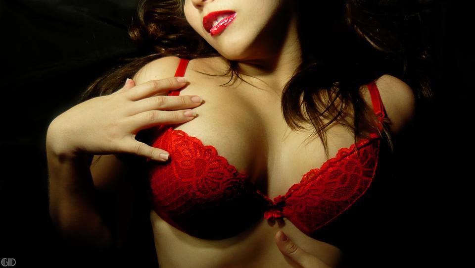 Close-up retrato de una mujer hermosa en un sostén rojo