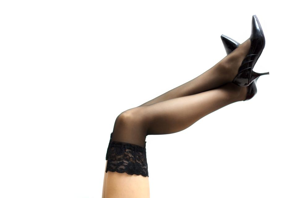 性感的腿在连裤袜隔绝在一个白色背景