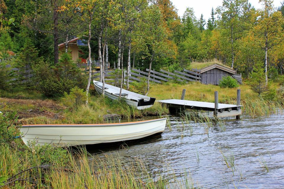 湖のボートドック桟橋ノルウェー