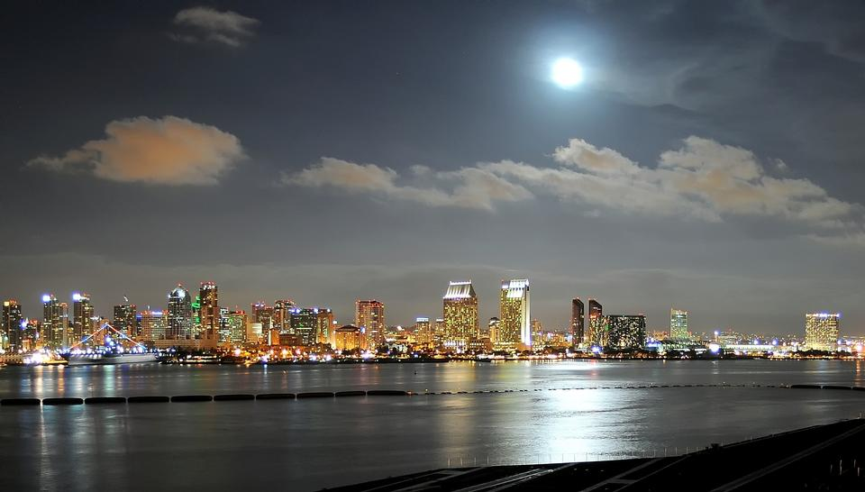 夜间市容加利福尼亚州圣迭戈