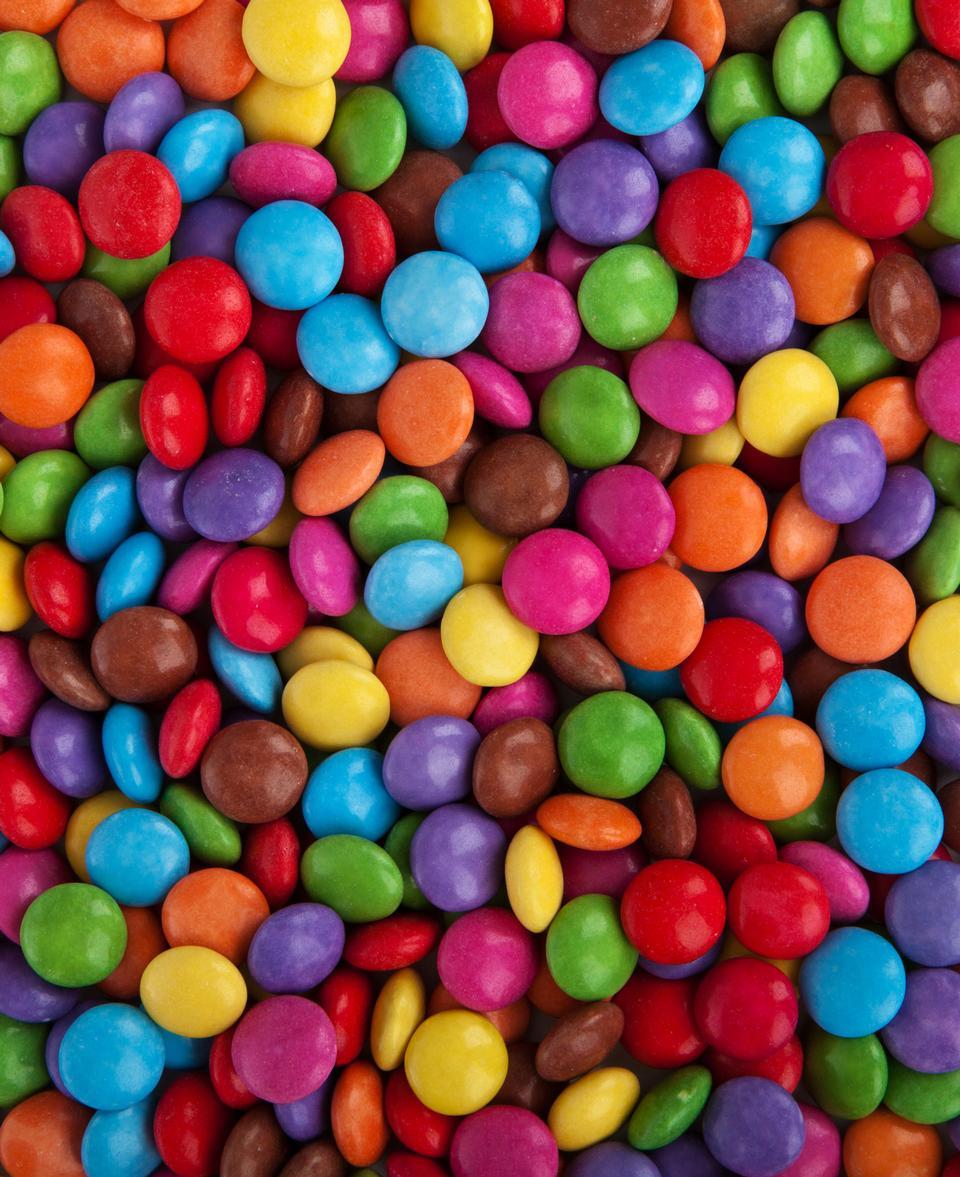 Coloridos botones de chocolate recubiertos de azúcar