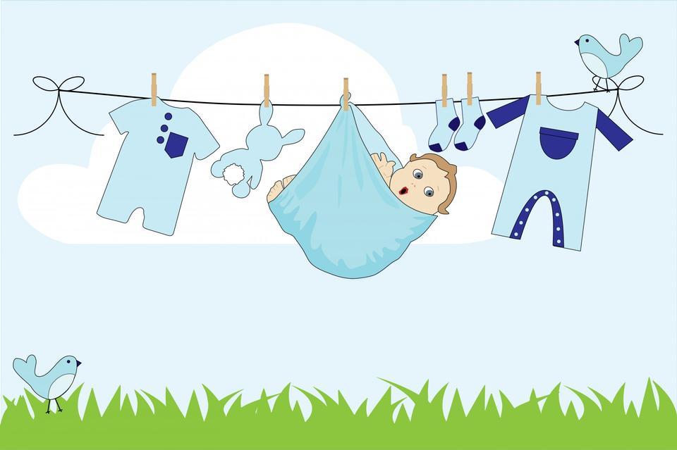 Bebé lindo colgando de la línea de ropa