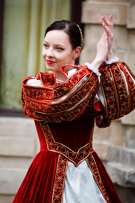 中世のアンティーク時代のドレスでエレガントな女性の肖像画