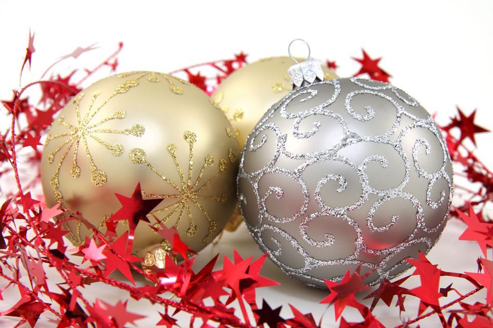 三個黃金和白銀聖誕裝飾品