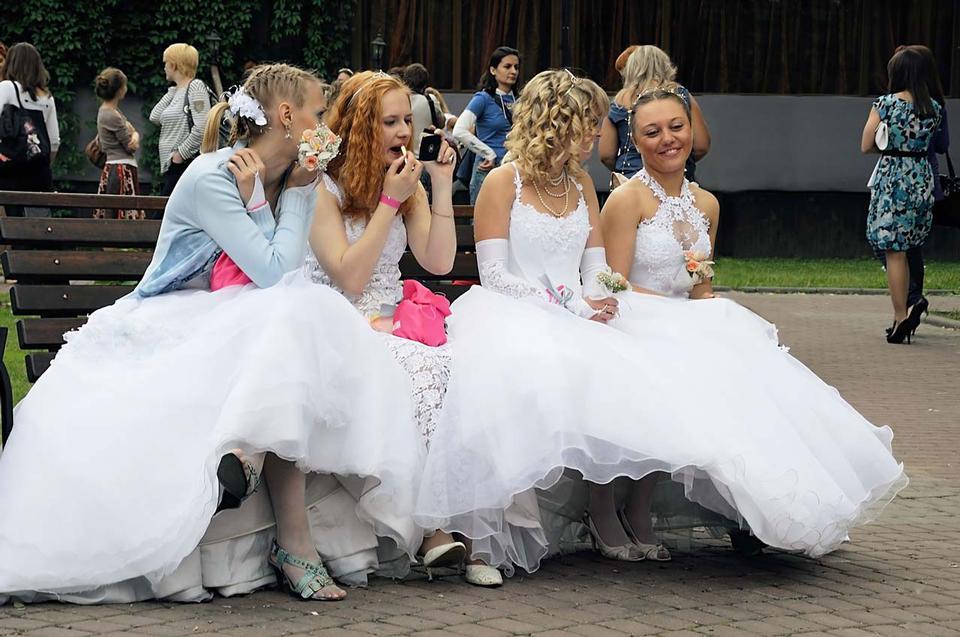 Las novias que se sientan en un banco
