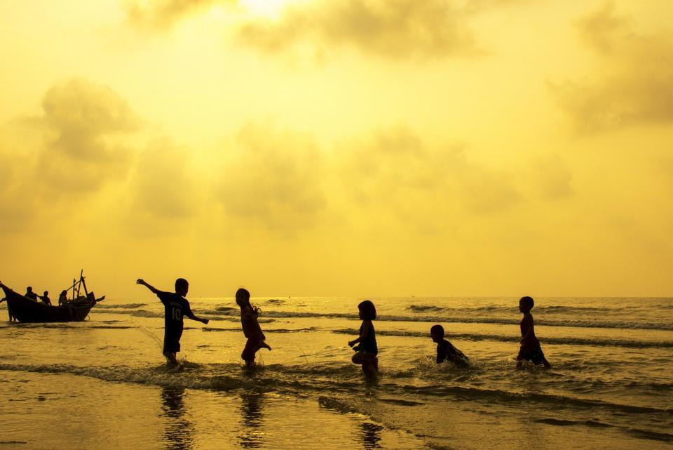 Bambini felici che giocano sulla calda estate