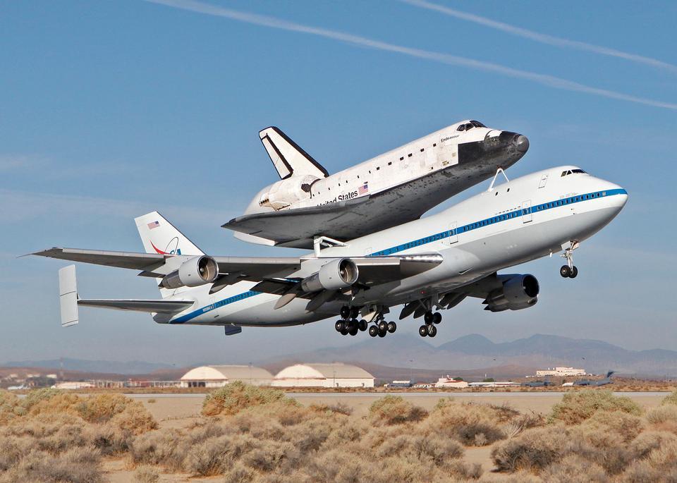 スペースシャトルを運ぶ747シャトル輸送機、