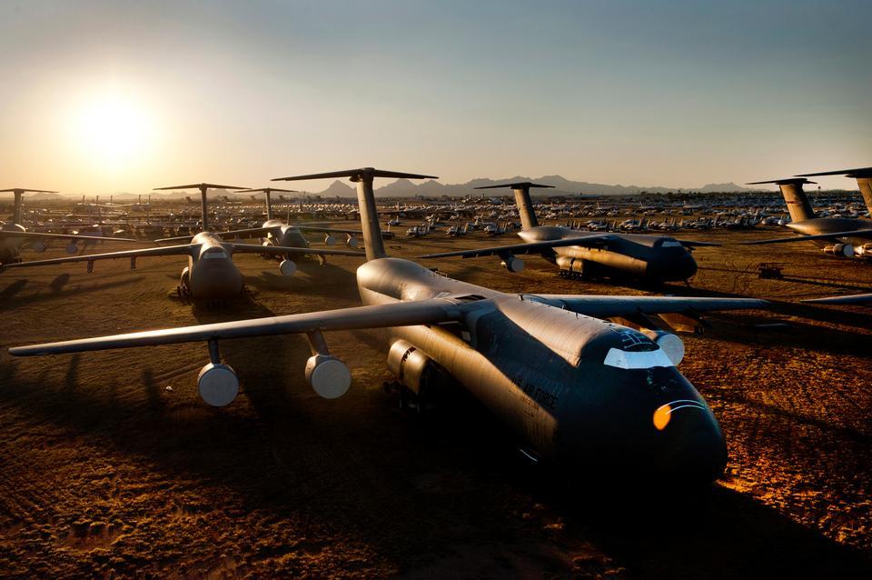 C-5 Galaxy y otras aeronaves sentarse al atardecer