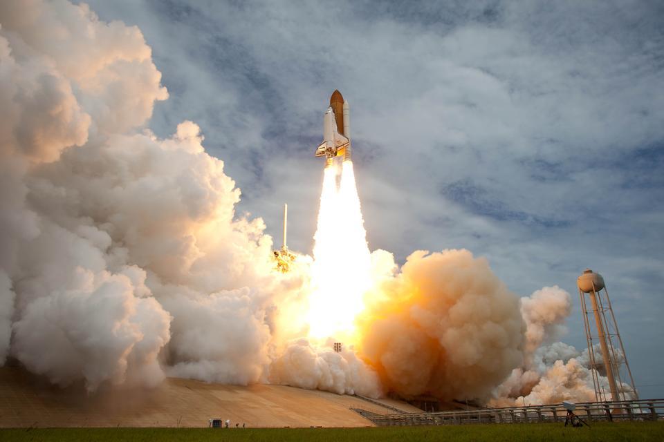 スペースシャトルアトランティスは、ケネディ宇宙センターから起動する