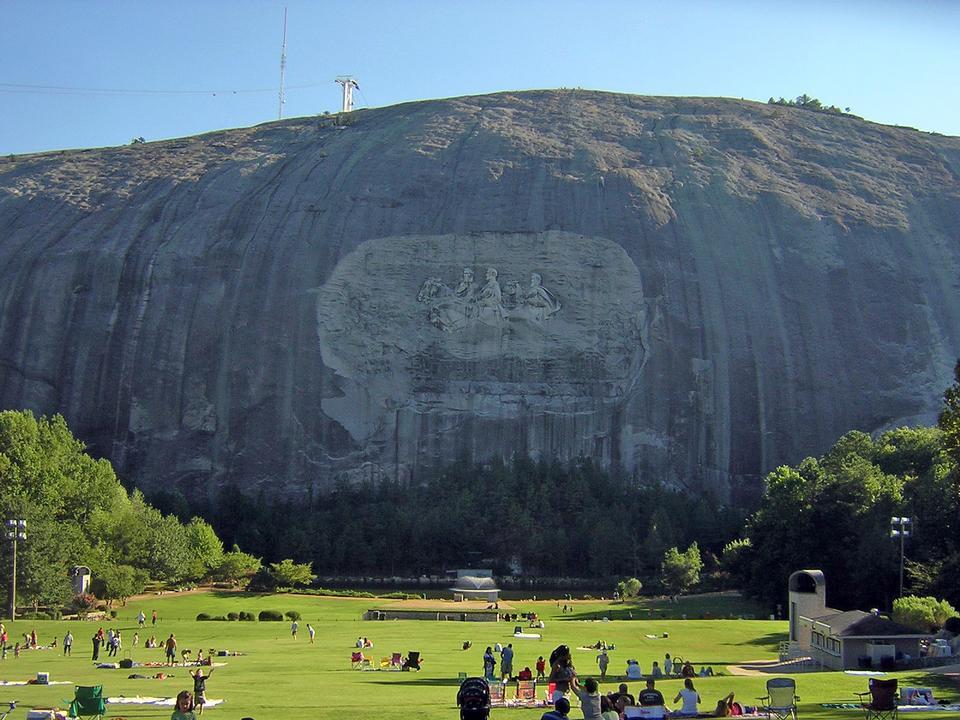 石头山与公园游人雕刻