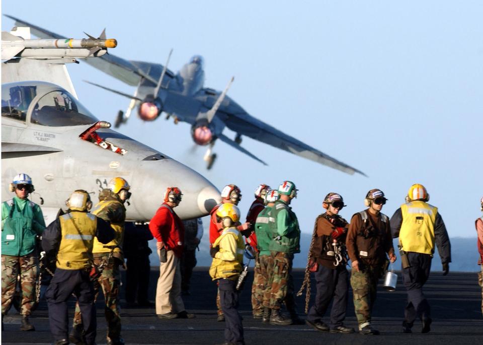 F-14雄猫在飞行甲板上