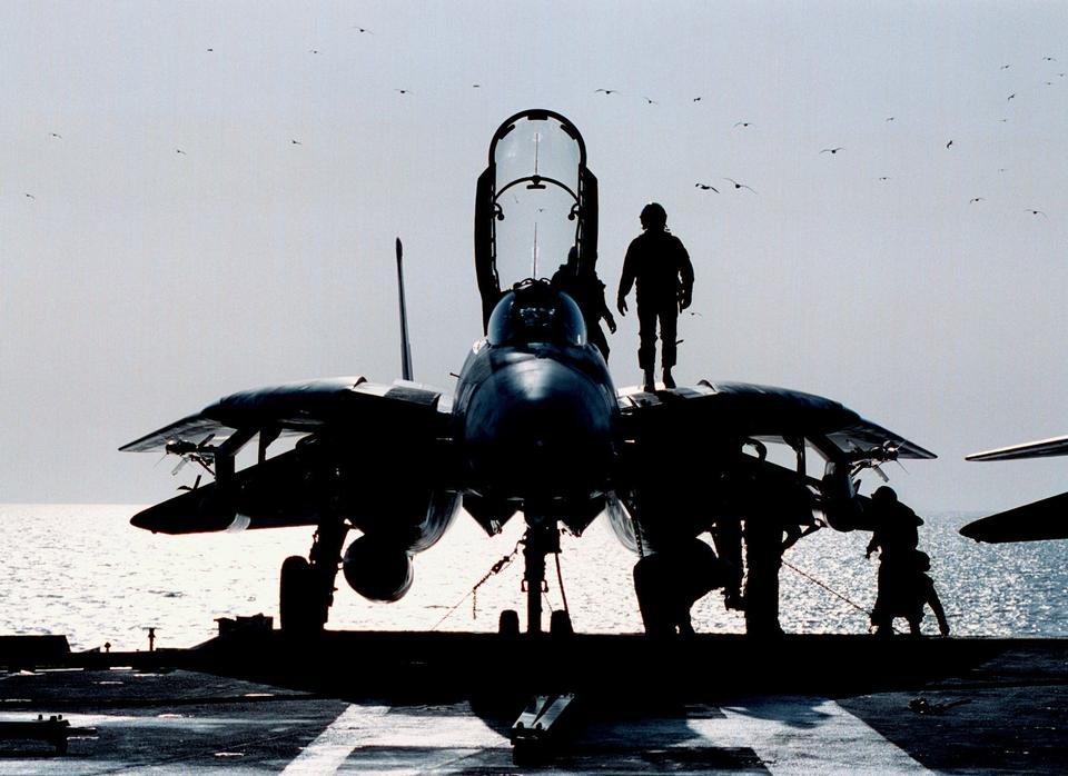 F-14B Tomcat的飞行甲板上的飞行前检查