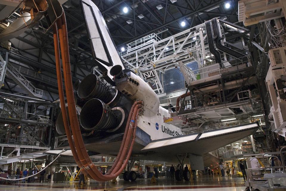 Plates-formes autour Endeavour dans le Orbiter Processing Facility-2