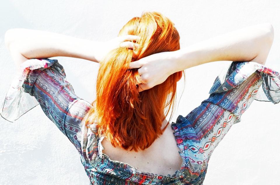 彼女の髪で遊ぶ美女の肖像画