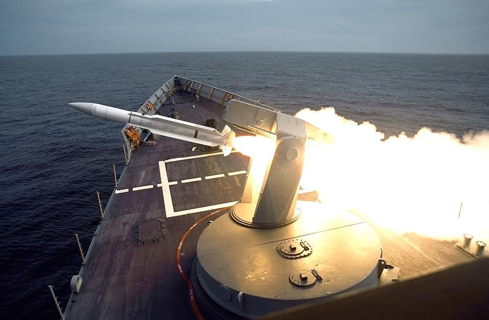 СМ-1 зенитная управляемая ракета запущена с кораблей