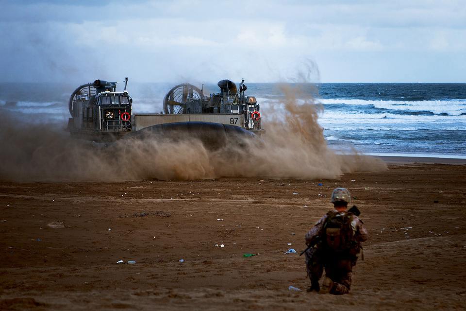 US Navy Hovercraft führt Fahrzeugen und Marines