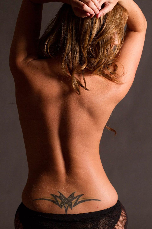 ブロンドモデルがセクシーな体と髪ポーズ