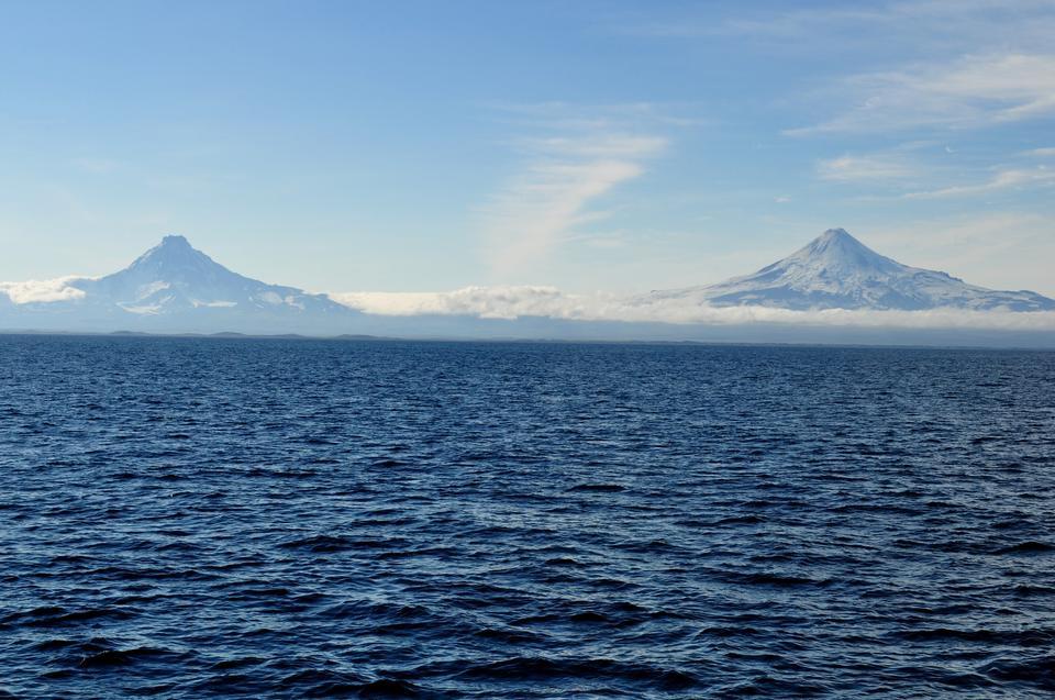 오른쪽 Isanotski 화산에서 화산을 Shishaldin