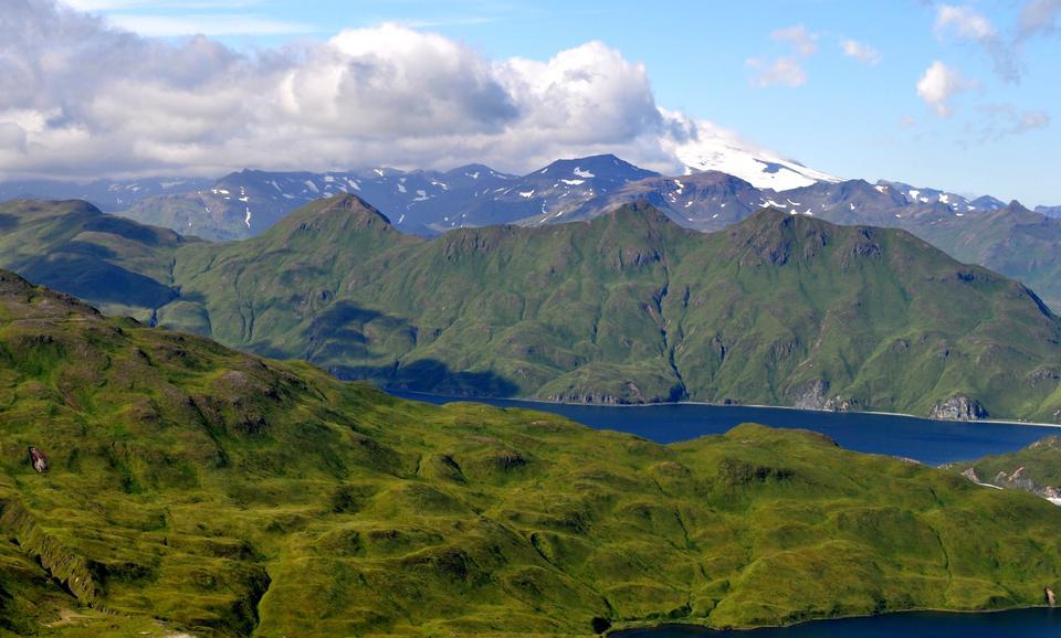 雲がMakushin火山アラスカを包ま