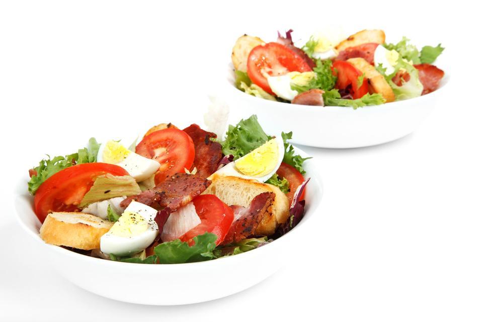 ボウルに新鮮なサラダ