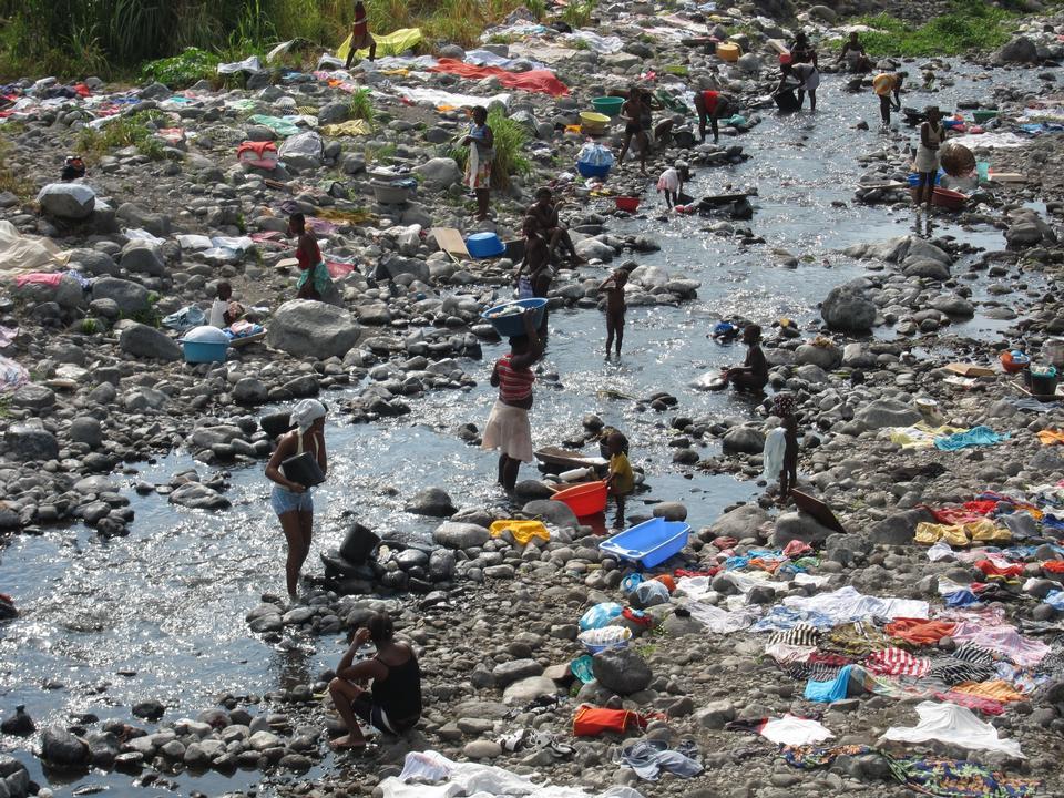 圣保罗Tomean妇女在河洗涤衣物