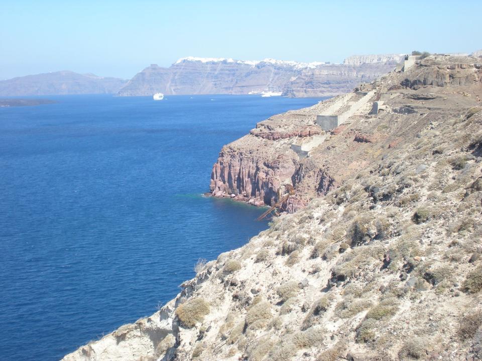 Вид на море на острове Санторини в Греции