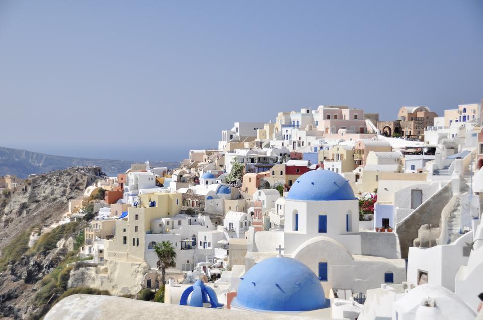 Architecture blanche du village d'Oia sur l'île de Santorin, en Grèce
