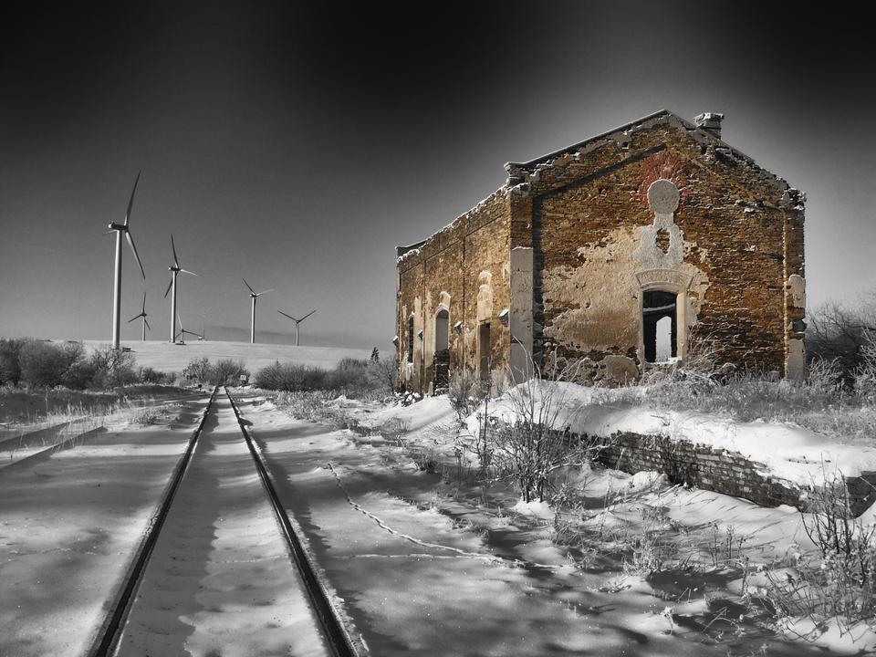 遠くに雪の風景の中に冬古い建物