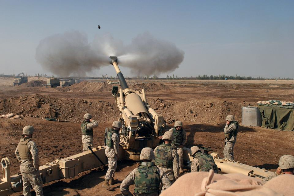 Ein M-198 155mm Haubitze der US Marines feuern