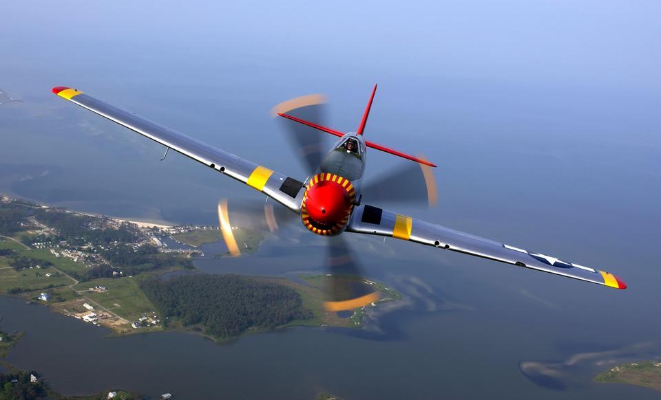 ラングレーでの航空ショーの間に飛行中のP-51マスタング