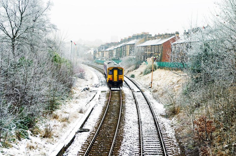 列车运行积雪覆盖
