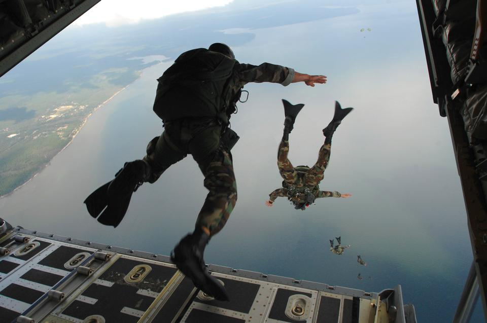 跳伞了C-130J大力神飞机