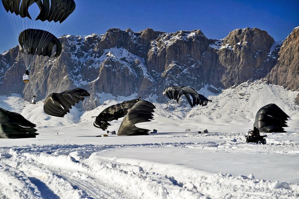 parachute atterrissage extrême neige, montagnes