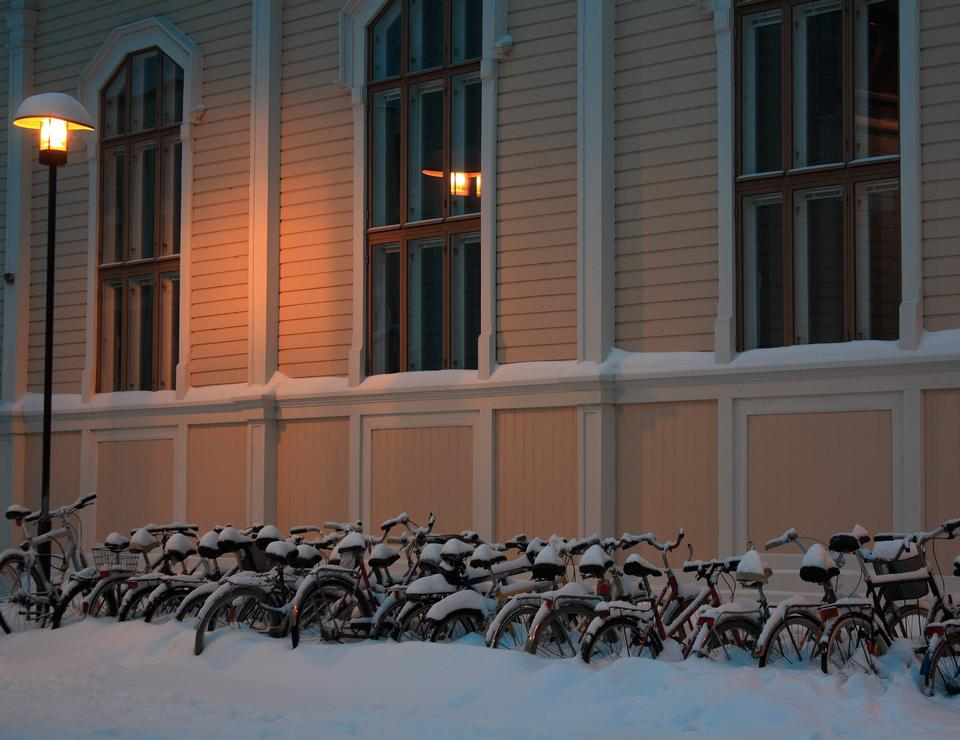 図書館の前で雪に覆われた自転車