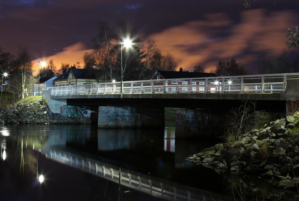 ponte sul fiume al tramonto con riflessi fiume in Finlandia