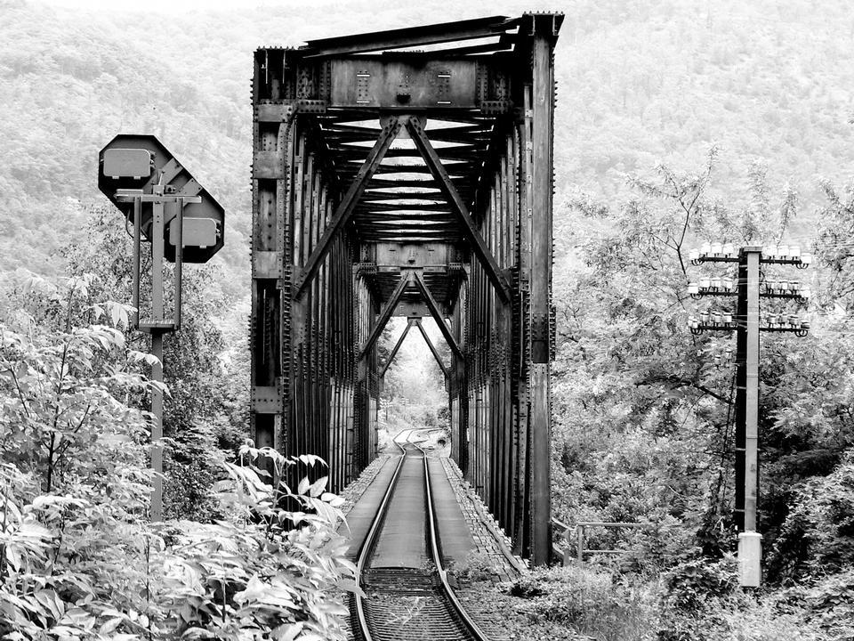 Eisenbahn-Brücke Winterwald im Schnee bedeckt