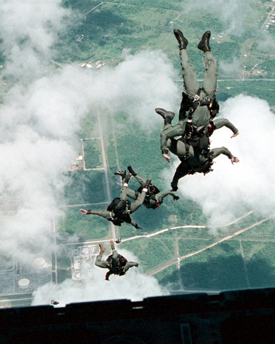 Guerra Naval Especial Unidad Uno realizar un salto en caída libre
